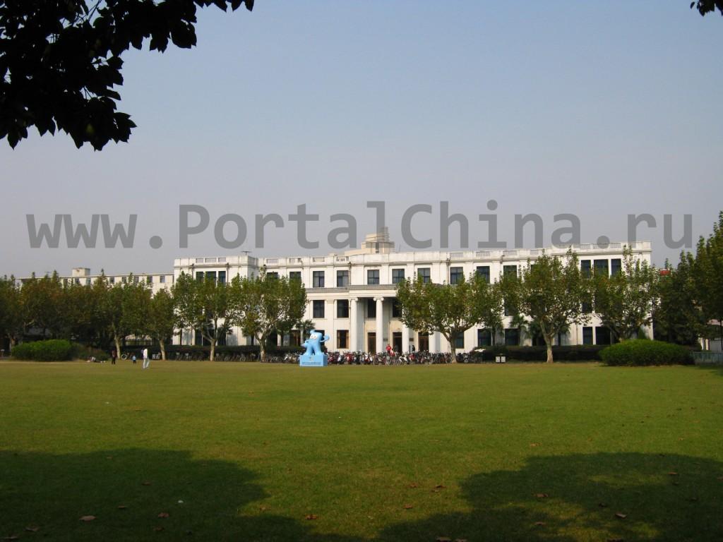 На территории Восточно-Китайского Педагогического Университета