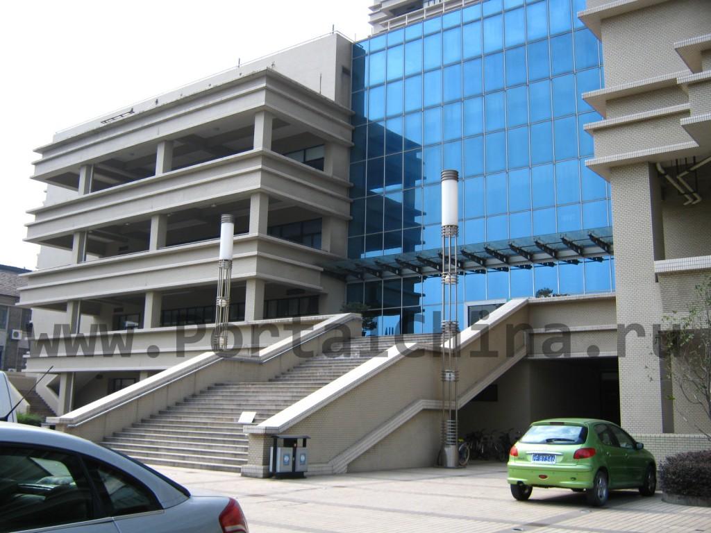 Вход в учебный корпус East-China Normal University