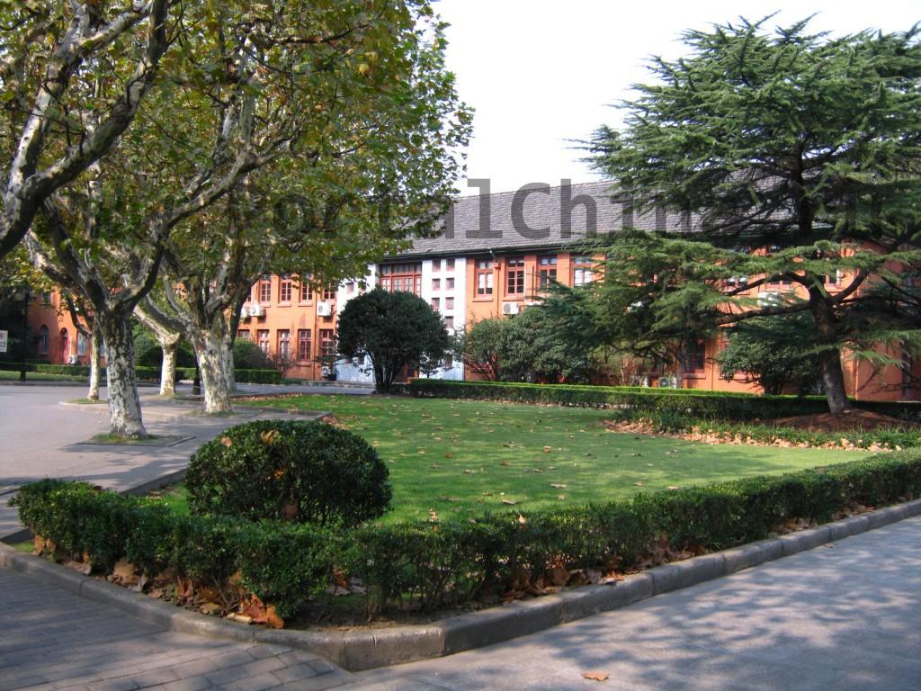 Корпуса и парк на территории ECNU