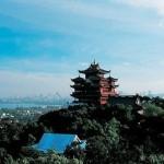 Ханчжоу - один из крупнейших городов Китая, расположенный у подножия зеленых холмов.