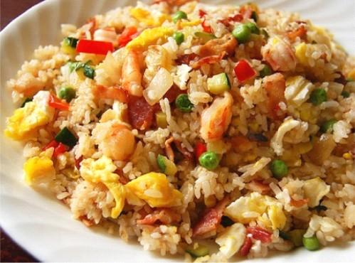 На фото: жареный рис yang zhou chao fan