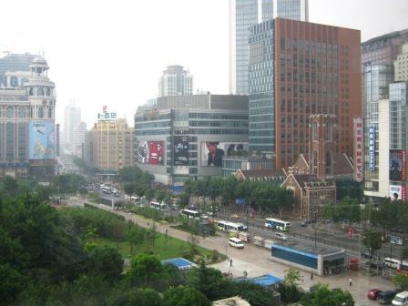 Центральные улицы и небоскребы Шанхая