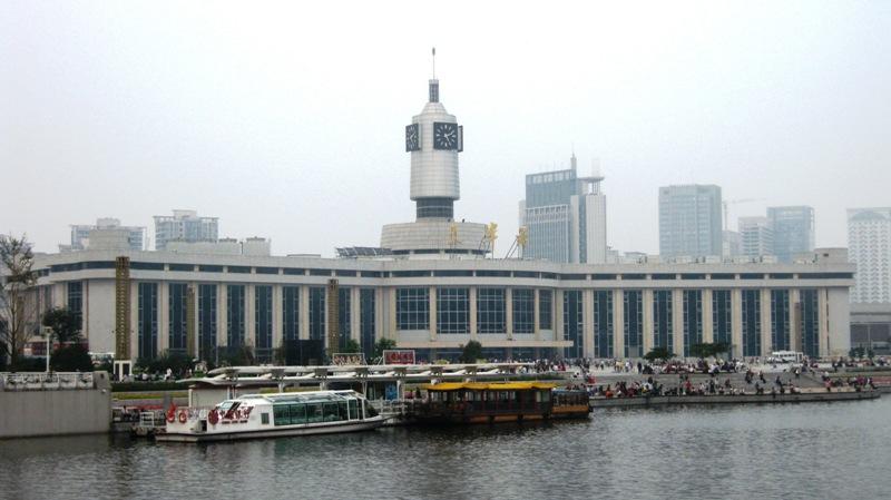 На фото: городской ж/д вокзал Тяньцзиня