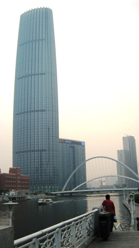 На фото: на набережной Тяньцзиня