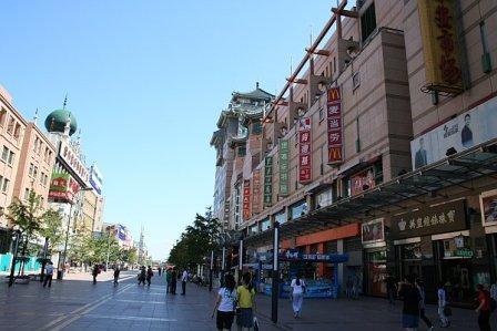 На фото: Главная торговая улица Wangfujing