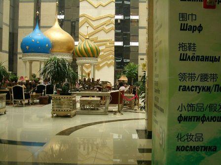 На фото: внутри одного из торговых центров на Yabao Lu