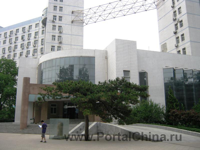 Образование в Налодном Университете Китая особенно ценится  по таким специальностям как право, экономика и журналистика