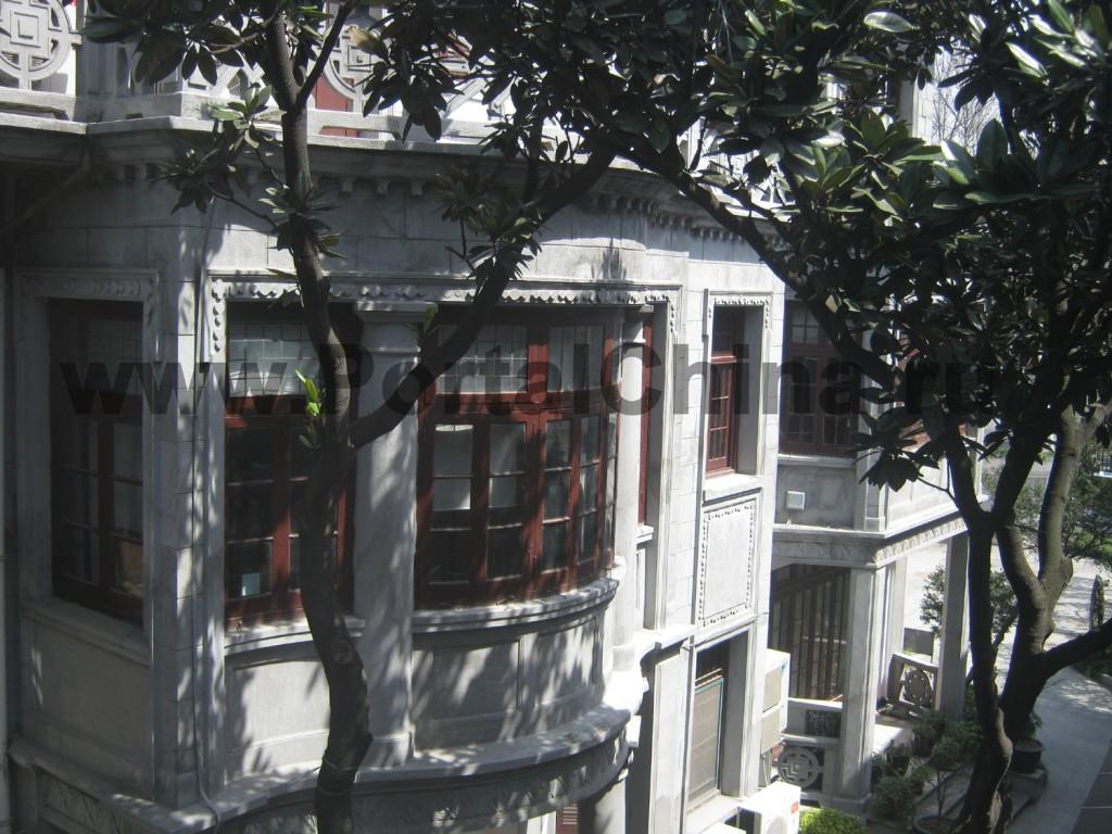 На территории Шанхайского Международного Колледжа Культуры