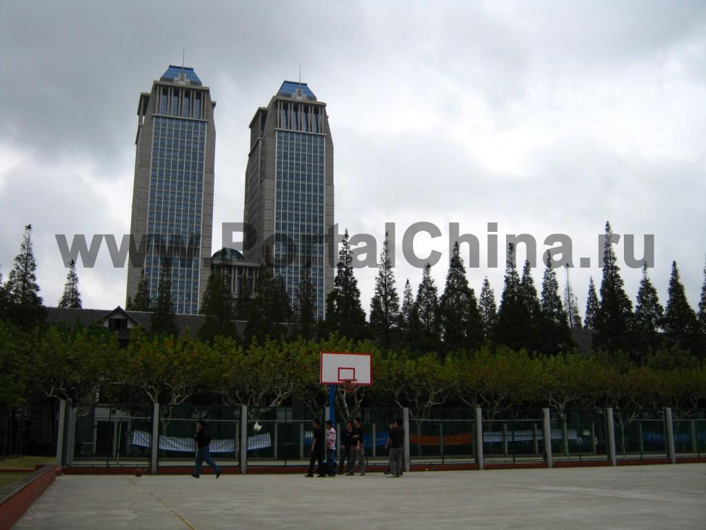 На территории Университета Фудань - множество спортивных площадок