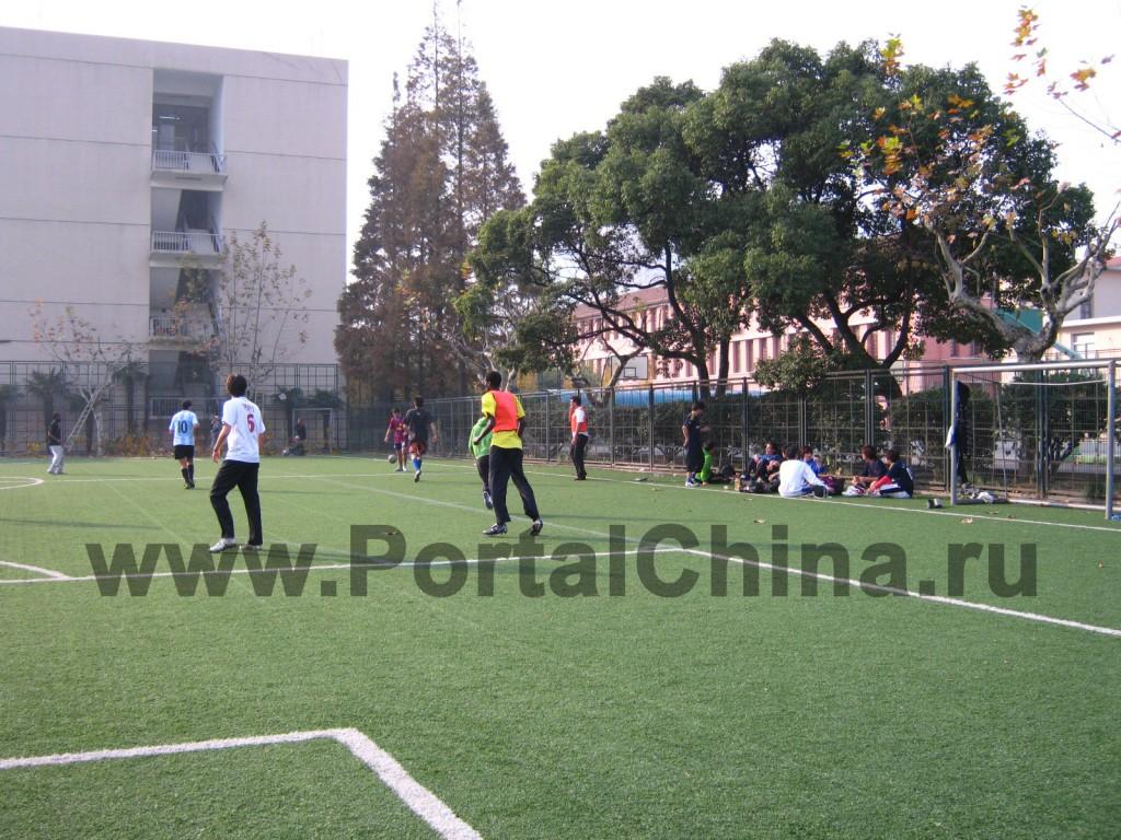 На футбольных полях соревнуются команды Университета Дунхуа