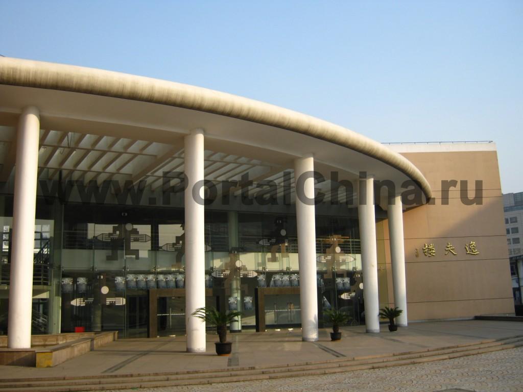 Главный вход в здание Университета Дунхуа, стеклянное здание с колоннами в стиле модерн