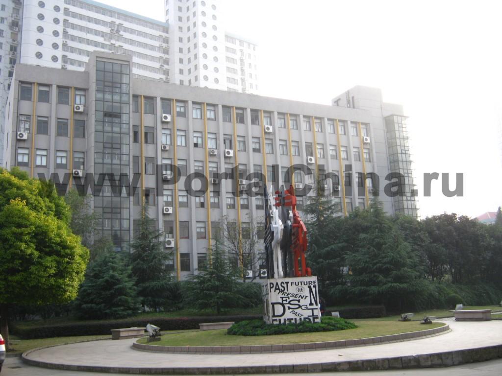 Высотные здания Университета Дунхуа и его общежития расположены на площади