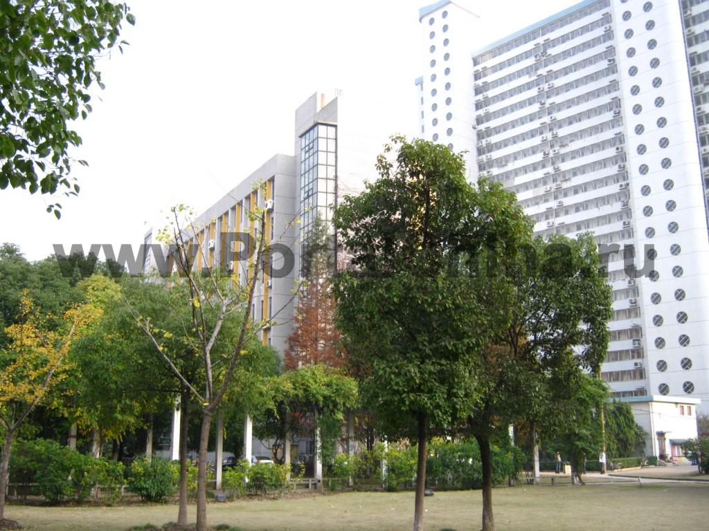 Общежития Университета Дунхуа расположены в новых высоких зданиях