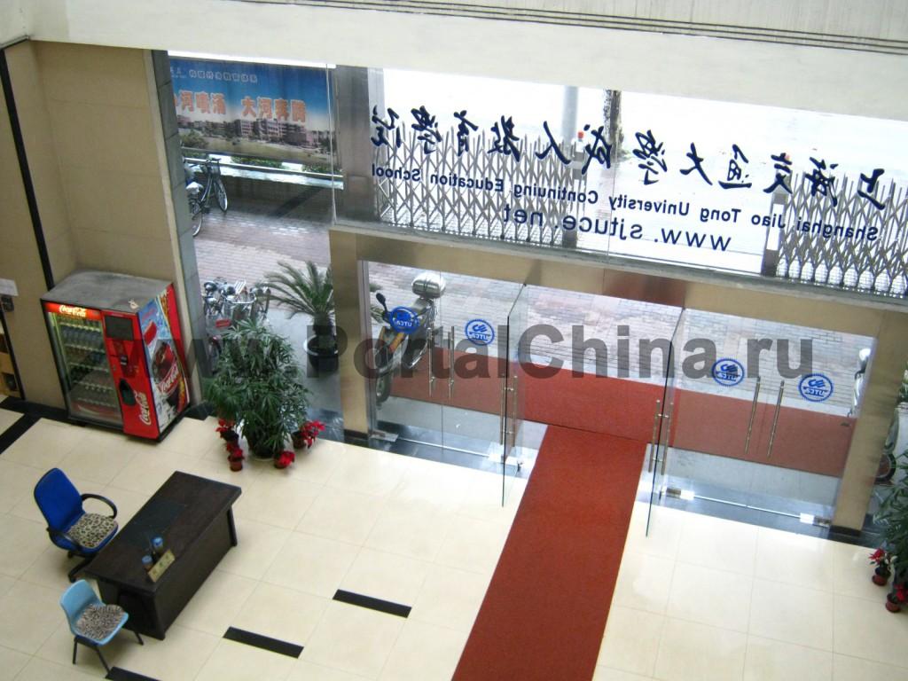 Jao Tong ICEC вид сверху на стеклянные входные двери