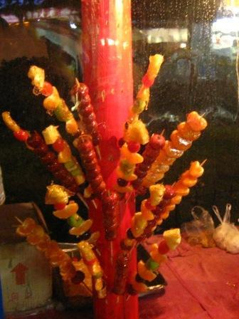 На фото: сладкие шашлыки Тан Ху Лу
