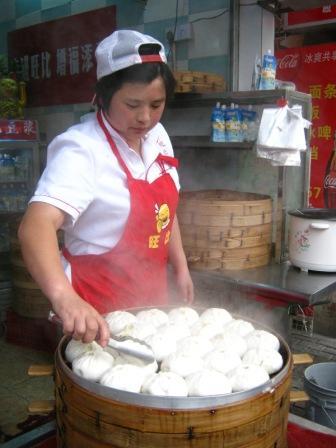 На фото: приготовление bao zi