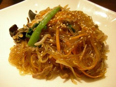 На фото: китайская рисовая лапша