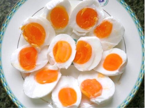На фото: соленые утиные яйца xian ya da
