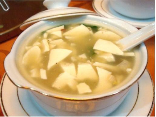 На фото: суп с тофу ping qiao doufu