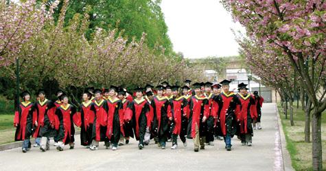 Счастливые выпускники Китайского Университета Науки и Технологий