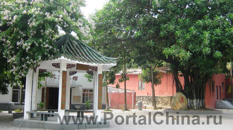 В непосредственной близости от кампуса колледжа Хуавень в Гуанчжоу располагается красивейший парк Longdong Senlin Gongyuan (Longdong Forest Park).