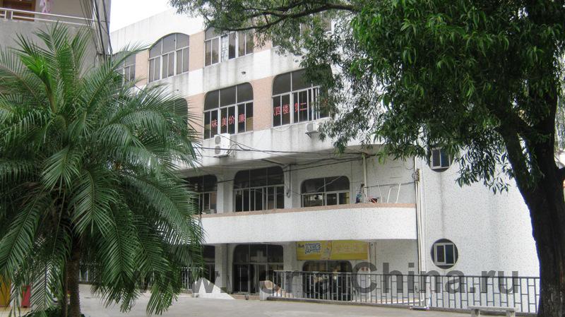 Колледж Хуавень в Гуанчжоу соответствует всем современным требованиям к образовательным учреждениям, имеются 26 научно-исследовательских лабораторий, все учебные классы оснащены мультимедийным оборудованием