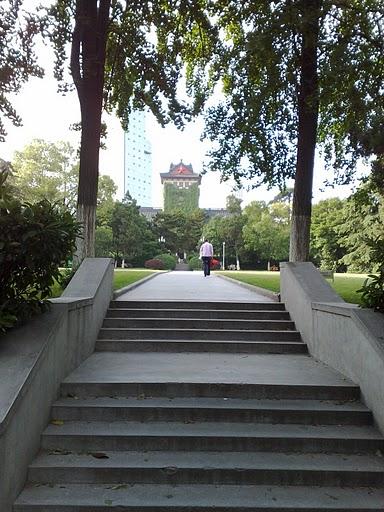 В Нанкинском Университете есть где отдохнуть и прогуляться