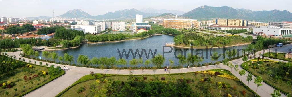 Колледж Циндао расположен к северу от знаменитых гор Laoshan Mountain, в одном из наиболее красивых городов КНР - Циндао, на берегу Желтого Моря
