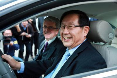 Глава министерства науки и техники КНР Вань Ган и руководитель Audi Руперт Штадлер испытывают новый электромобиль