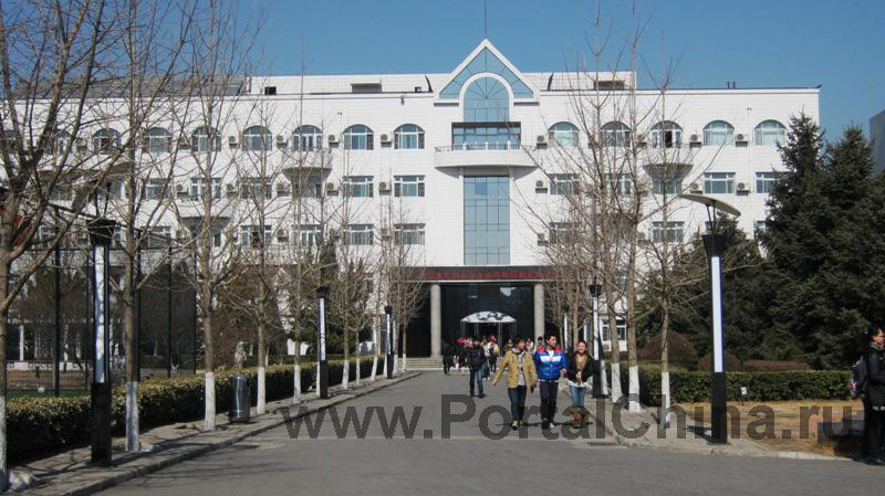 Пекинский Международный Колледж Искусств удобно расположен в Пекине, поездка на метро до центра города занимает около часа