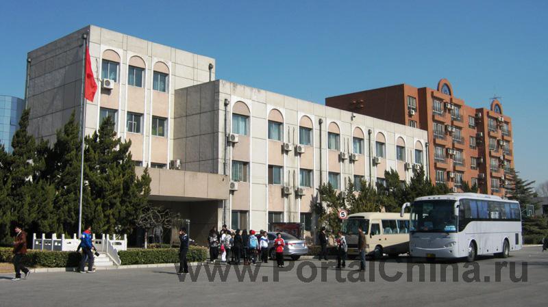 В Пекинском колледже имеются служебные автобусы, которые ходят по расписанию в начале и в конце учебного дня