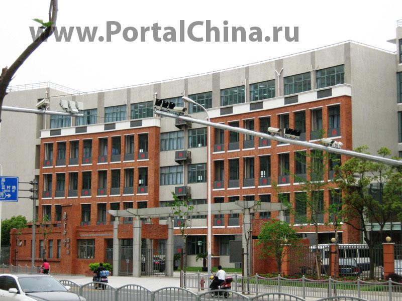В Шанхайской Школе Цзиньцай есть китайское отделение, где преподавание ведется на китайском языке, и англоязычное отделение