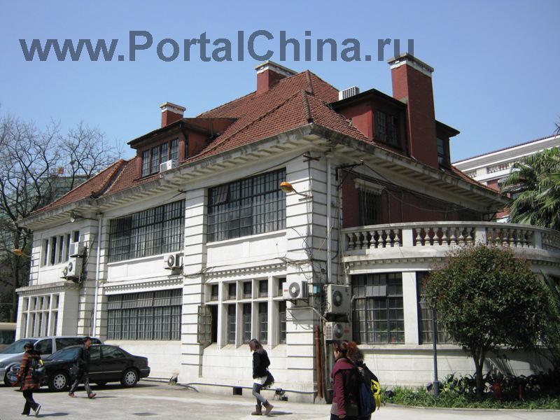 Шанхайская Консерватория Музыки имеет в своем составе музыкальный исследовательский институт, среднюю школу и начальную школу