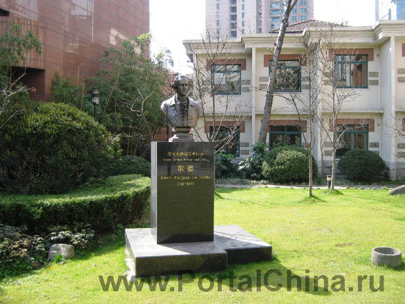 Шанхайская Театральная Академия предлагает различные программы обучения, в том числе необходимые иностранным студентам для учебы в Китае языковые и подготовительные программы, включая курсы культуры и истории Китая