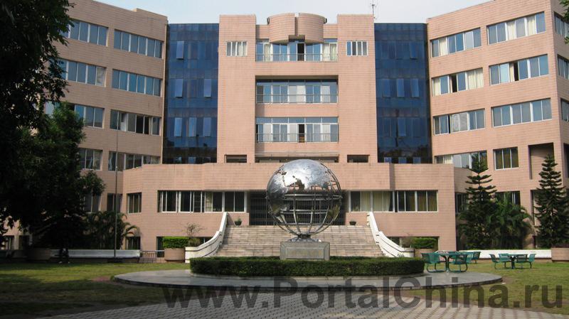 Университет Иностранных Языков расположен в Гуанчжоу – столице провинции Гуандун и крупнейшем центре южного Китая. Университет имеет два кампуса